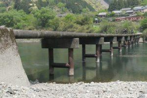 四万十川の岩間沈下橋
