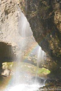 月待の滝(裏見の滝の虹)
